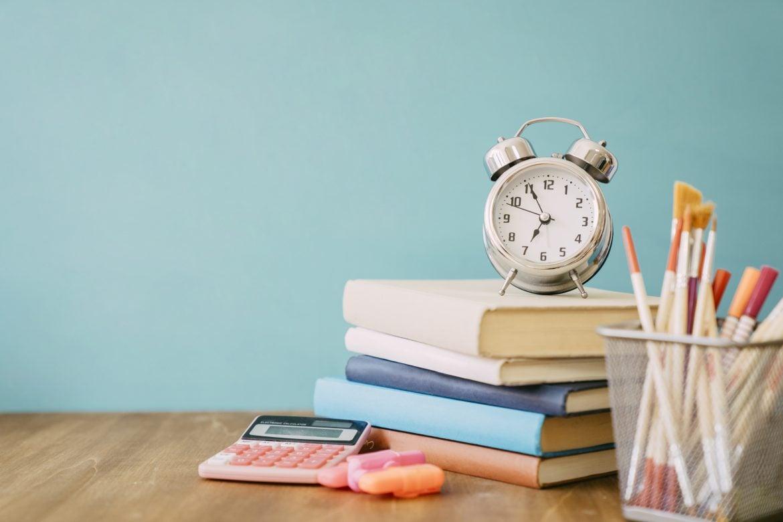 Imagem de mesa com materiais escolares